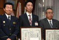 森署長(左)から感謝状を贈られた棚橋さん(右)と苅谷さん