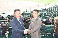 健闘を誓い握手をする富島の浜田監督(左)と星稜の林監督