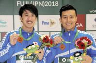 飛び込みのワールドシリーズで初のメダル獲得となった男子シンクロ板飛び込み3位の坂井丞(左)、寺内健組=静岡県富士市の静岡県富士水泳場で、2018年3月15日午後5時41分、村上正撮影