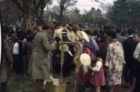 小さな傘を売る男性お祭りのお土産と思われる小さな傘を売っている。東京都小金井市=Copyright of Photography:Dr.Annika A.Culver,Curator of the Oliver L.Austin Photographic Collection.