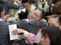 宝塚音楽学校に合格し、在校生に祝福される受験生たち=兵庫県宝塚市で2018年3月29日午前10時11分、平川義之撮影