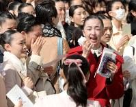宝塚音楽学校に合格し、喜ぶ受験生たち=兵庫県宝塚市で2018年3月29日午前10時、平川義之撮影