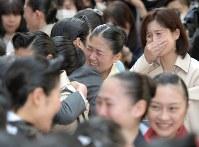 宝塚音楽学校に合格し、在校生に祝福される受験生ら=兵庫県宝塚市で2018年3月29日午前10時10分、平川義之撮影