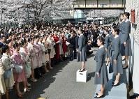 合格発表を待つ受験生ら=兵庫県宝塚市で2018年3月29日、平川義之撮影