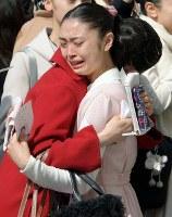 合格し、抱き合って喜ぶ受験生=兵庫県宝塚市で2018年3月29日、平川義之撮影