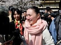 合格発表後、テレビのインタビューを受ける受験生=兵庫県宝塚市で2018年3月29日、平川義之撮影