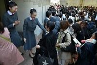 宝塚音楽学校に合格した受験生たちを祝福する在校生たち=兵庫県宝塚市で2018年3月29日、平川義之撮影