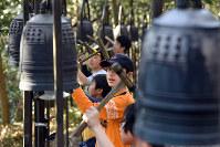 参道に108個並んだ鐘の音がおだやかに響く=京都府南丹市で、小松雄介撮影