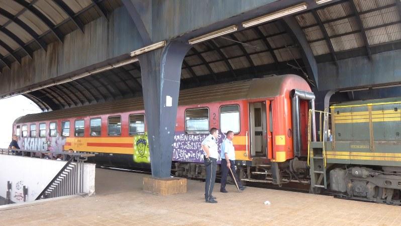 スコピエ駅で発車を待つプリシュティナ行き列車。国際列車だが1両編成(写真は筆者撮影)