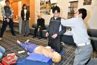 救急隊員による講習では心臓マッサージの際の姿勢など細かな指導を受けた