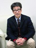 営業マン風になってライブをPRするKANさん=大阪市浪速区のエフエム大阪で、山本夏美代撮影
