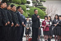 在校生や保護者らにセンバツの結果を報告する黒岩陽介主将(中央)=静岡市葵区の静岡高校で