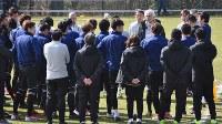 ベルギー遠征中の練習前の円陣で、サッカー日本代表の選手に向けて話をするハリルホジッチ監督