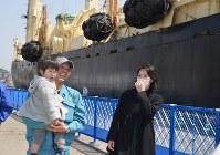 調査捕鯨船から下船し、家族と久しぶりの再会を喜ぶ乗組員=山口県下関市のあるかぽーと岸壁で2018年3月31日午前11時28分、上村里花撮影