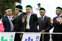 名護市長選で、当選した新人候補への支持を選挙期間中に呼びかけた若者たち=沖縄県名護市で1月31日、比嘉洋撮影