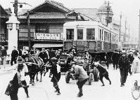 営業開始まで1ケ月 南御堂の搬入口まで運ばれる車輌=1933年4月19日