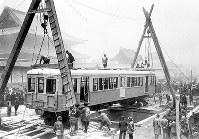御堂筋で地下に搬入される大阪地下鉄の車輌=1933年