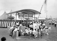 大阪地下鉄の西田辺―我孫子間の新線が開通。長居駅での開通式には地元の子どもたちが招待された=大阪市住吉区長居町で、1960年7月1日