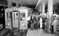 大阪地下鉄の西田辺―我孫子間の新線が開通。長居駅では開通式が行われ試乗車が出発した=大阪市住吉区長居町で、1960年7月1日