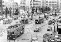 地下鉄工事で撤去される前の大阪市電軌道=1963年6月3日