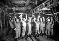 地下鉄2号線の天満橋―谷町三丁目間でトンネル工事が完成。開通に大喜びの工事関係者ら=大阪市中央区で1965年6月17日