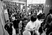 新動脈の地下鉄3号線が全線開通。運行初日の夕刻から通勤客で混雑する西梅田駅=1965年10月1日