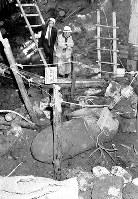 地下鉄5号線の工事現場で米軍投下の1トン爆弾が見つかり、自衛隊伊丹駐屯部隊から不発弾処理班が出動した=大阪市西区立売堀で、1966年2月10日