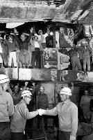 地下鉄4号線の法円坂―森ノ宮間の複線トンネル貫通式で、握手する今岡・大阪市交通局長(右)と工事関係者=1966年11月5日