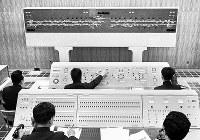 電子計算機も備えた大阪市交通局地下鉄電力指令室=大阪市で1967年2月10日