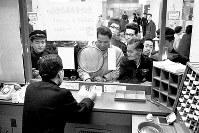大阪市営地下鉄2号線の東梅田―谷町四丁目が開通。記念乗車券の発売で窓口に列を作る切符マニアたち=大阪市中央区で1967年3月24日