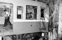 大阪市営地下鉄4号線本町駅終点で、車止めとブロック壁を突き破りコンクリート壁に激突した車両。重軽傷者は24人だった=大阪市西区阿波座で1967年10月1日