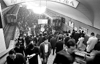 朝のラッシュで混雑する地下鉄梅田駅=大阪市北区で1967年12月18日