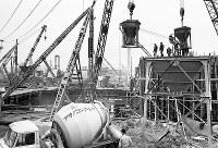 万国博行ルート延長のため、神崎川榎木橋上流で始まった地下鉄1号線の工事=大阪市淀川区東三国で1968年2月8日