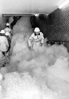 春の全国火災予防運動で、特殊な「高膨張泡」を使用して行われた地下鉄の消火訓練=大阪市東区の大阪地下鉄4号線谷町四丁目駅で1968年2月29日