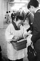 """地下鉄の切符を売る""""おばさん""""=大阪市北区で1968年3月21日"""