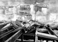 (天六ガス爆発事故)爆発で地下鉄工事のコンクリート製覆い板が吹きとばされ、炎は次々に民家をなめる。中央はペシャンコになった自動車=大阪市北区菅栄町で1970年4月8日