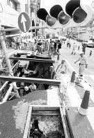 道路が陥没、信号機が落ちた地下鉄工事現場=大阪市中央区南船場2の永堀通りで1994年9月8日