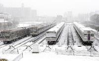 大雪で真っ白に染まったの大阪市営地下鉄の大日検車場=大阪府守口市で2005年12月22日、小関勉撮影