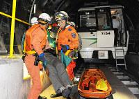 訓練で負傷者を運ぶ救助隊員=大阪市西区の市営地下鉄構内で2011年10月22日午前1時35分、小松雄介撮影
