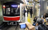 20年ぶりに大阪市営地下鉄御堂筋線に導入された新型車両「30000系」=堺市のなかもず駅で2011年12月10日、大西岳彦撮影