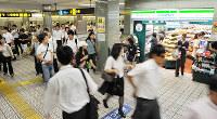 大阪市営地下鉄四つ橋線本町駅の改札内にオープンしたファミリーマート=大阪市西区で2012年9月19日、川平愛撮影