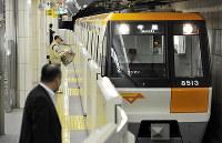 利用低迷が続く大阪市営地下鉄今里筋線。帰宅時間帯でも利用客はまばらだった=大阪市旭区の清水駅で2013年5月17日午後6時38分