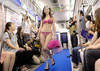 地下鉄の車内で行われたファッションショー=大阪市営地下鉄御堂筋線で2013年7月7日、金澤稔撮影