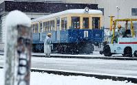 大阪市営交通の緑木検査場に保管されている初代の車両。5番目に製造された=大阪市住之江区で2014年2月14日、金子裕次郎撮影