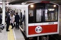 民営化で大阪市交通局が廃止されるのに伴い、サヨナラヘッドマークを付けて運行する電車=大阪市北区の地下鉄御堂筋線梅田駅で2018年3月19日、貝塚太一撮影