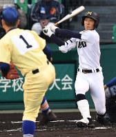 【三重―星稜】二回表三重1死二塁、梶田が右越え2点本塁打を放つ=阪神甲子園球場で2018年4月1日、山崎一輝撮影