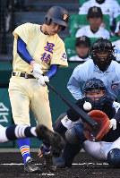 【三重―星稜】二回裏星稜2死一、三塁、東海林が中越え2点二塁打を放つ=阪神甲子園球場で2018年4月1日、山崎一輝撮影