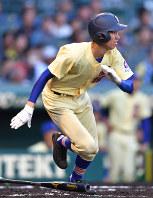 【三重―星稜】二回裏星稜2死一、三塁、東海林が中越え2点二塁打を放つ=阪神甲子園球場で2018年4月1日、渡部直樹撮影