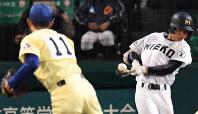 【三重―星稜】九回表三重無死一、三塁、曲が中前適時打を放つ=阪神甲子園球場で2018年4月1日、山崎一輝撮影