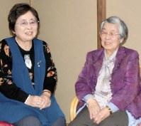 羅南国民学校の同級生と語り合う谷守さん(右)=北九州市小倉南区の自宅で3月8日